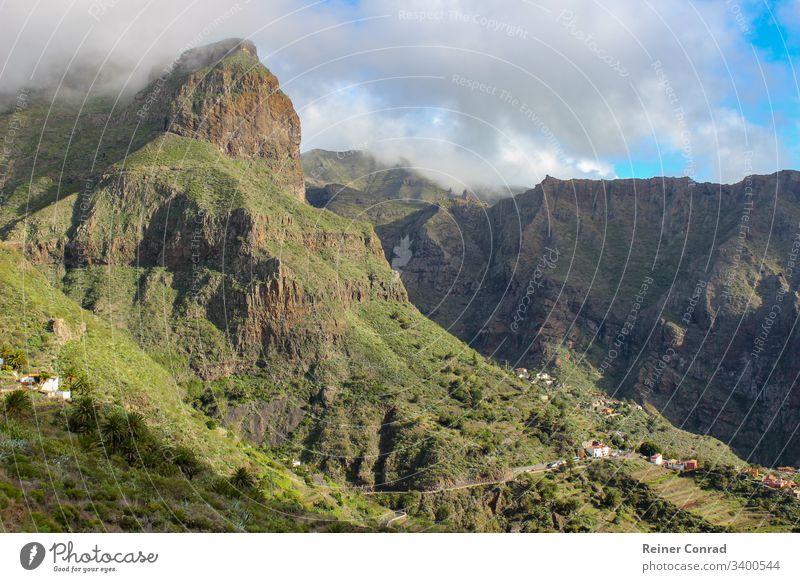 Landschaft mit Gebirgszug um den Teide auf der Kanareninsel Teneriffa Teide-Nationalpark höchster Berg Kanarische Inseln Spanien Blauer Himmel Urlaub Bergkette