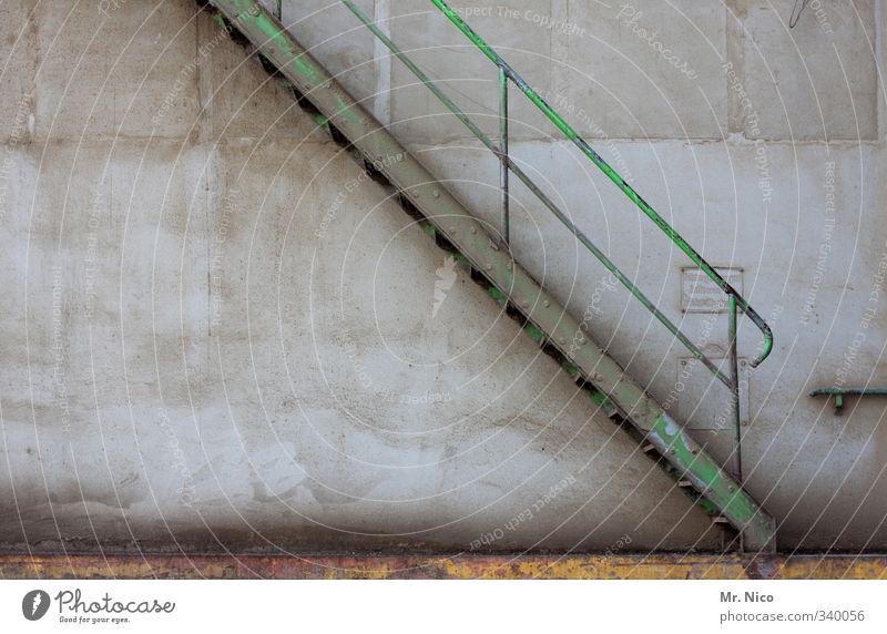 rauf und runter Industrieanlage Fabrik Gebäude Architektur Mauer Wand Treppe Fassade Stahl Hinweisschild Warnschild hoch grau grün Treppengeländer steil dreckig
