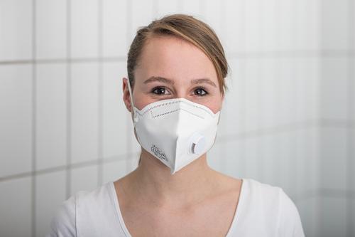Arzthelferin mit Mundschutz Maske Coronavirus COVID-19 Virus Krankheit Pandemie Epidemie Schützen Einmalhandschuhe Handschutz Steril Medizin Quarantäne