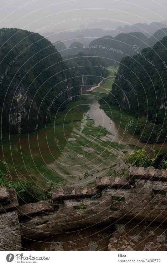 Aussicht auf ein Tal mit grüner Landschaft und Reisfelder vom Hang Mua Viewpoint in Ninh Binh, Vietnam vietnam aussicht Berg Weite Tourismus Sehenswürdigkeit