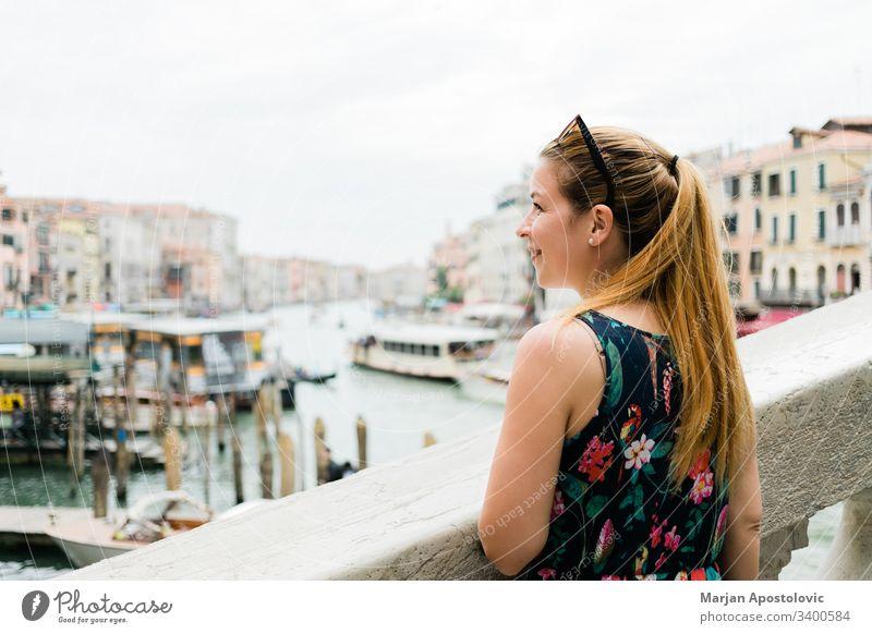 Junge Reisende in Venedig, Italien, genießt den Blick auf den Canal Grande Anziehungskraft schön Blogger Brücke Kanal Kaukasier chanal Großstadt niedlich Tag