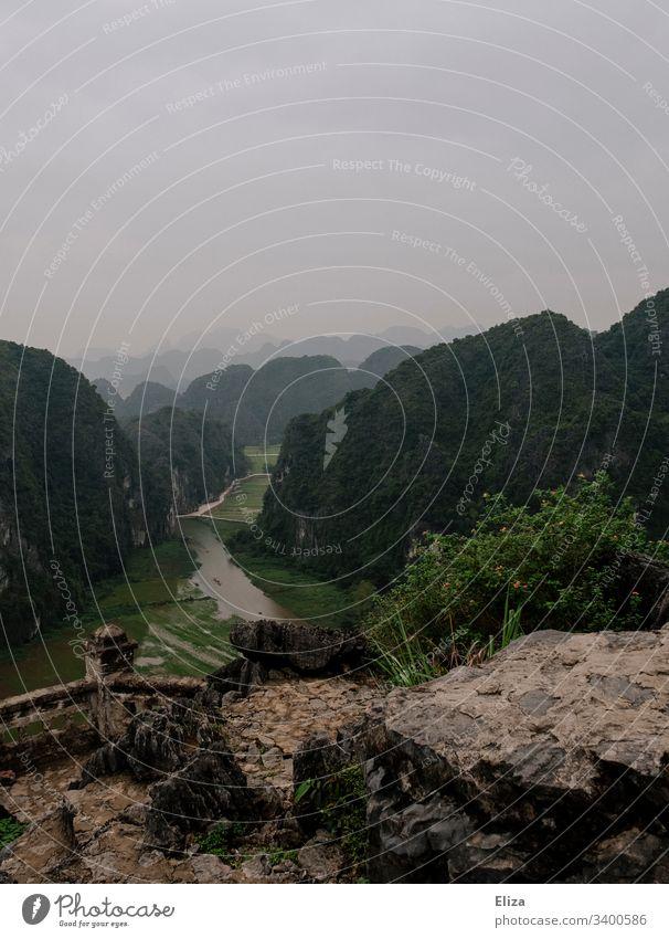 Aussicht auf grüne Landschaft und Reisfelder vom Hang Mua Viewpoint in Ninh Binh, Vietnam vietnam aussicht Berg Tal Weite Tourismus Sehenswürdigkeit Natur
