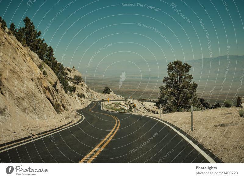 Bergstraße - Sierra Nevada - Lone Pine Tag Menschenleer Außenaufnahme Farbfoto mountain usa road lone pine Kalifornien Mount Whitney Tal Sommer Abenteuer Himmel