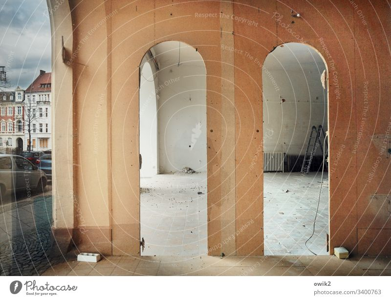 Spätromanik Laden Geschäft Schaufenster Bögen doppelt zwei leer Aufbau Spiegelung Reflektion Straße Parkplatz PKW parken Stellplatz Menschenleer Außenaufnahme