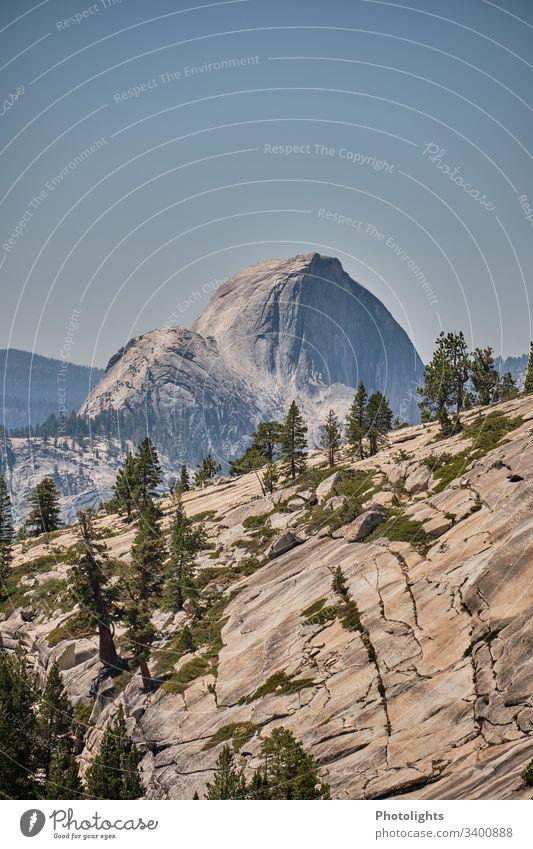 Yosemite Nationalpark - Half Dome beeindruckend Urelemente Klimawandel Ferne Himmel Sommer Felsen klettern braun grau grün blau Sonne Gipfel Hügel