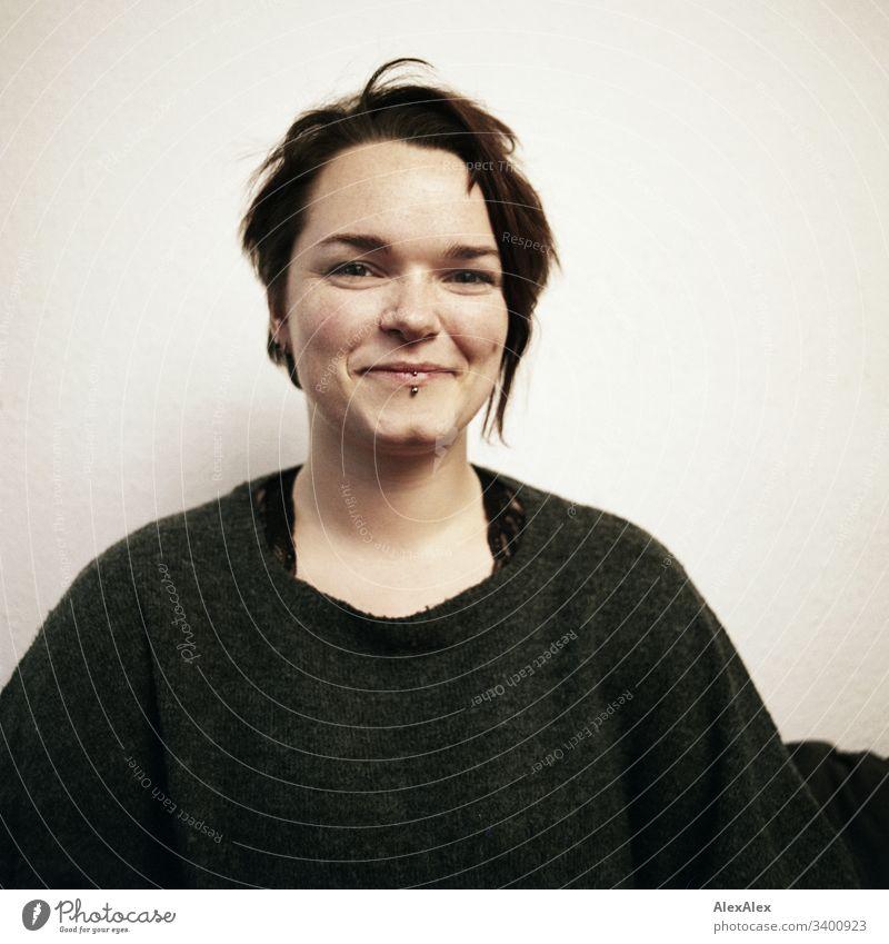 analoges, rechteckiges Portrait einer jungen Frau einzigartig Blick in die Kamera positiv Glück natürlich Farbfoto braune Augen kinngrübchen weiblich feminin