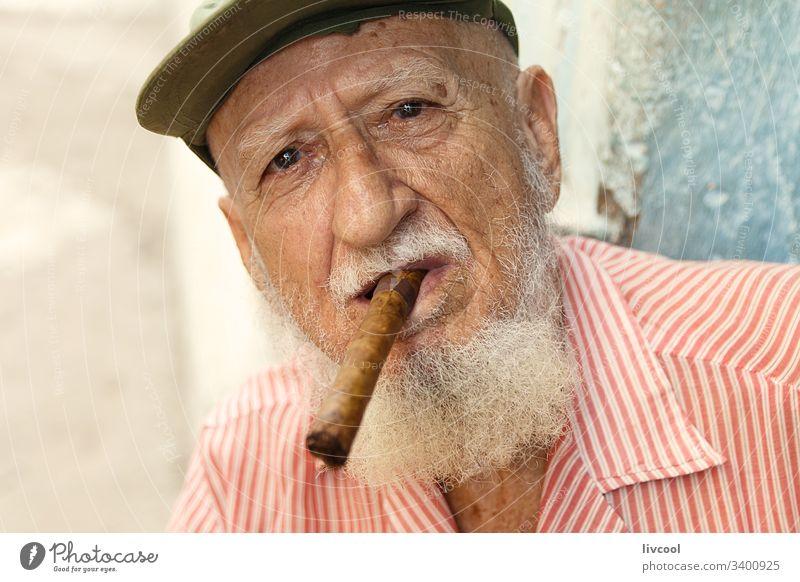 grossvater raucht II , kuba antik Hut Zigarre Verschlussdeckel Motorhaube Lächeln Vollbart Mann Menschen Porträt Großvater Kuba Grizzly Havanna la habana