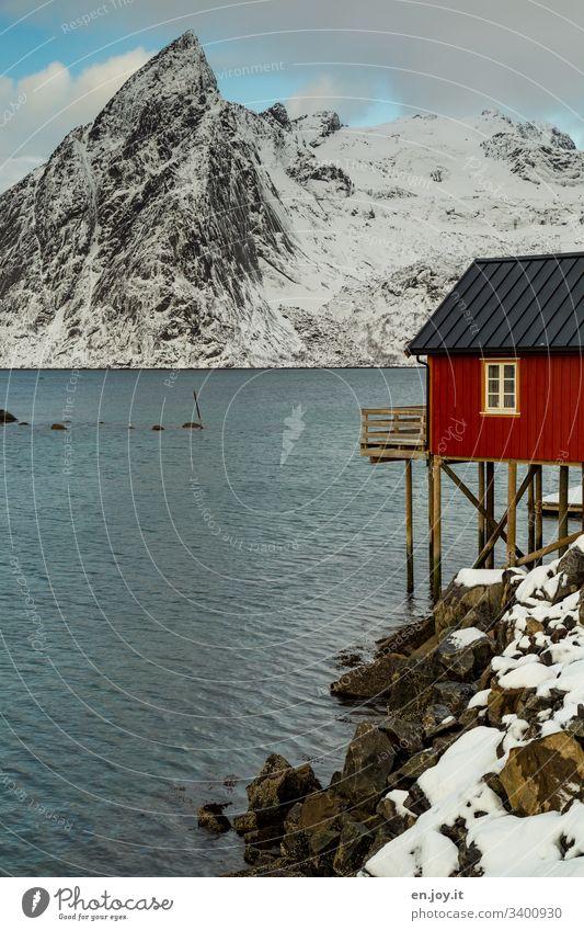 Hamnoy auf den Lofoten Blau Urlaub Wasser Idylle Reinefjorden Fjord Küste bewölkt Reisefotografie Norwegenurlaub Schneelandschaft Stelzenhaus Ferienhaus