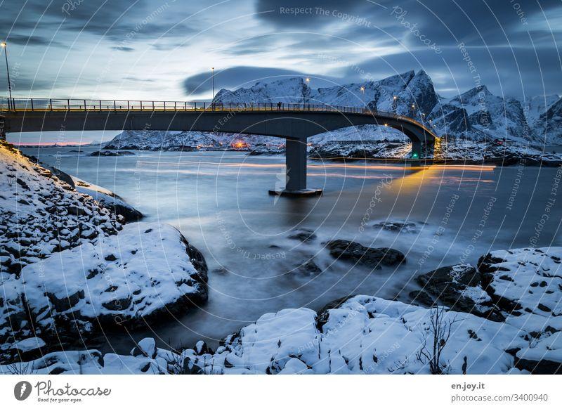 Brücke bei Hamnoy auf den Lofoten Laternen Beleuchtung Langzeitbelichtet Norden Erholung Winterurlaub Meer Schnee Hamnöy Zentralperspektive Umwelt