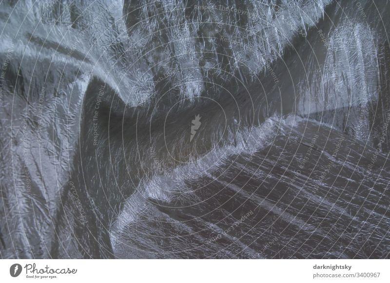 Silberner glänzender Stoff mit Falten Hintergrund nähte Schwarze Textur Minimales Schwarz dunkelgrau Darkmode Diagonale Technik Schutz Textilien Sonnenschutz