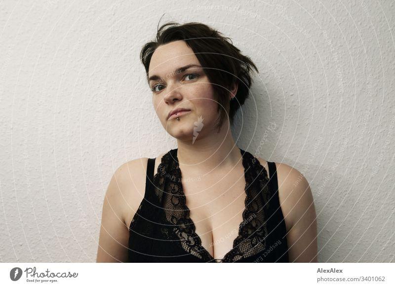 Portrait einer jungen Frau einzigartig Blick in die Kamera positiv Glück natürlich Farbfoto braune Augen kinngrübchen weiblich feminin zu Hause Gefühle