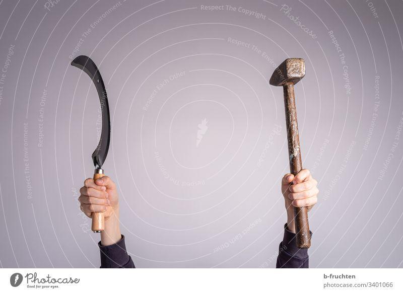 Sichel und Hammer werden hochgehalten Hand Werkzeug gebraucht hochhalten Politik & Staat Symbole & Metaphern arbeit Hände festhalten Macht