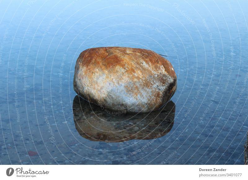 Der einsame Stein im Wasser See Himmel Natur blau Wolken Menschenleer Hintergrundbild Felsen Meer Außenaufnahme Landschaft Farbfoto Küste