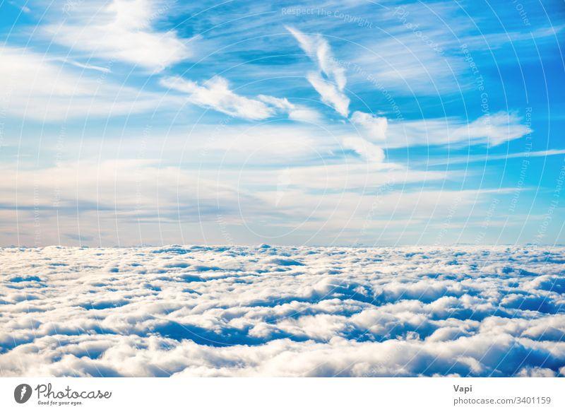 Luftaufnahme des blauen Himmels mit weißen Wolkenschichten Antenne Natur Cloud Ansicht Wolkenlandschaft Kumulus Cirrus fluffig Stratus schön hoch Schönheit oben