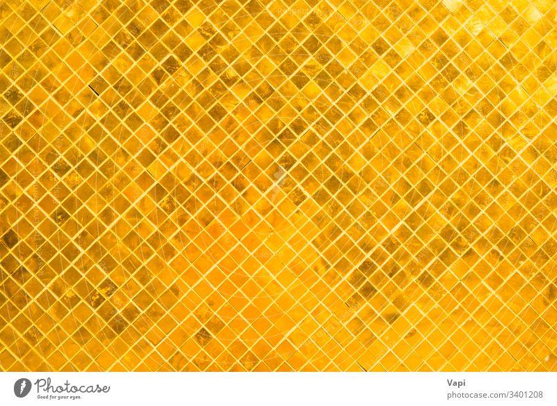Nahaufnahme der Oberfläche vieler goldglänzender Quadrate Textur abstrakt Hintergrund Muster Mosaik Design Tapete Farbe Innenbereich modern Fliesen u. Kacheln