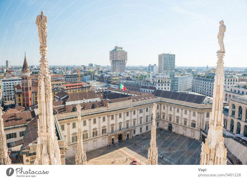 Weiße Statue auf der Spitze der Domkirche Mailand Duomo Kathedrale Italien Ansicht Dach Himmel Kirche Großstadt Skyline Architektur Gebäude Europa Wahrzeichen
