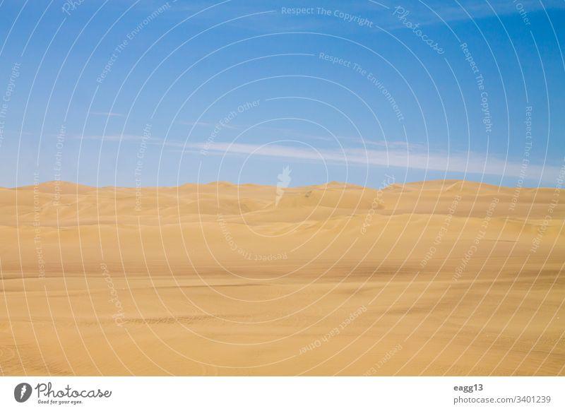 Blick auf die Dünen von Ica unter dem blauen Himmel von Peru Abenteuer trocken Hintergrund schön Küstenlinie Morgendämmerung Tageslicht wüst Dürre trocknen