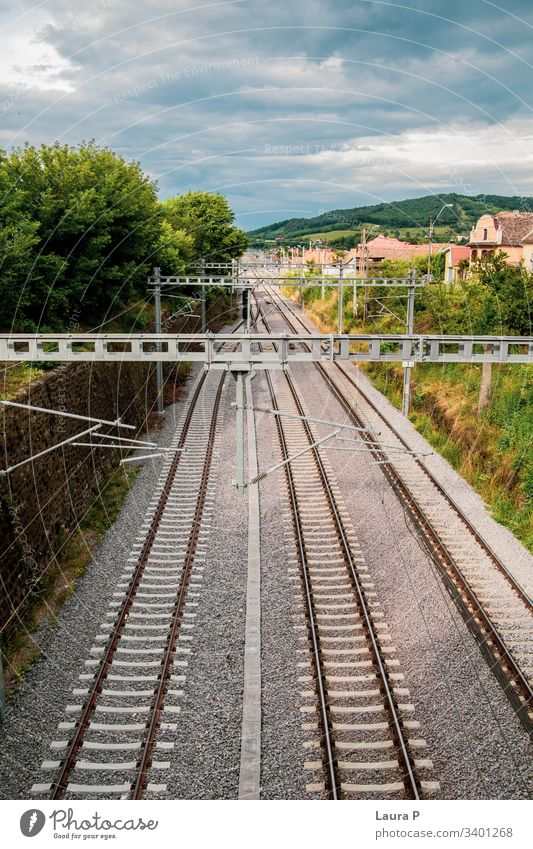 Blick von oben auf die Schienen des Zuges Ansicht Bahnhof Eisenbahn Gleise Verkehr Schienenverkehr Bahnfahren Außenaufnahme Bahnanlage reisen Tourismus