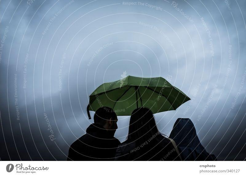 Schietwetter Mensch maskulin Freundschaft 3 Stadt sprechen Stimmung Landkreis Regen Schirm grün Wolken schlechtes Wetter Farbfoto Außenaufnahme