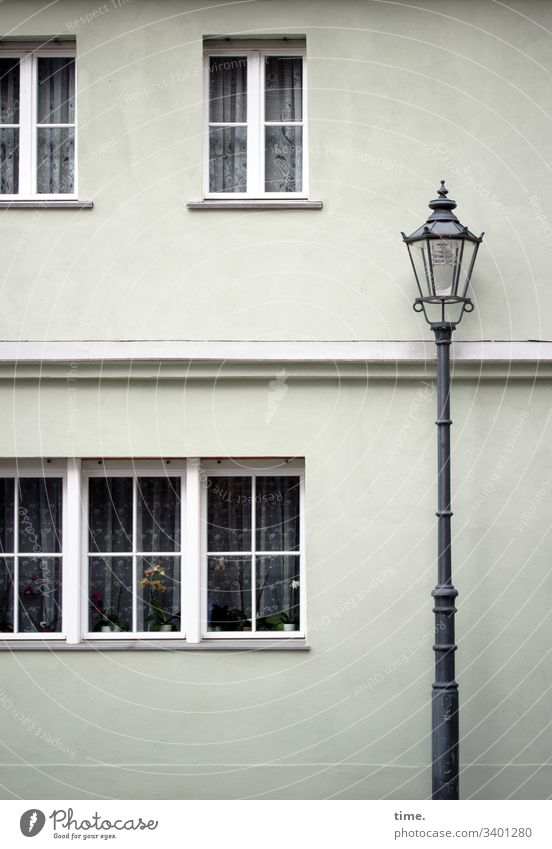 altes Haus hinter noch älterer Lampe haus fassade lampe straßenlaterne fenster vorhang gardine urban brandenburg stein eisen Tageslicht