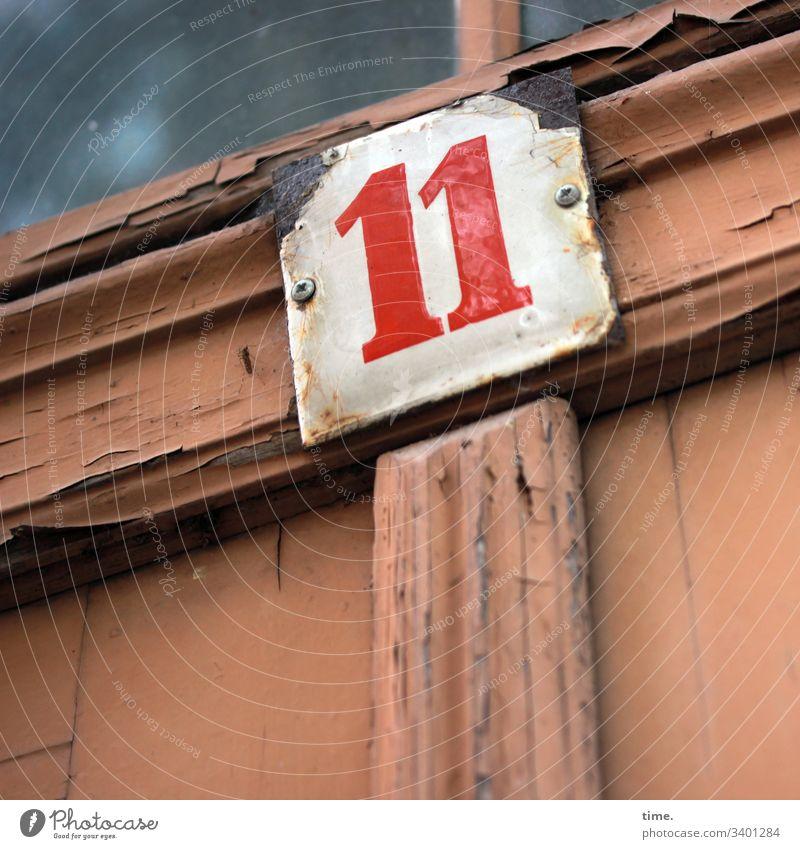 11 tageslicht farbe orientierung information zahl oldstyle linien streifen dreckig trashig schmutzig kaputt hausnummer eingang brandenburg fenster glas