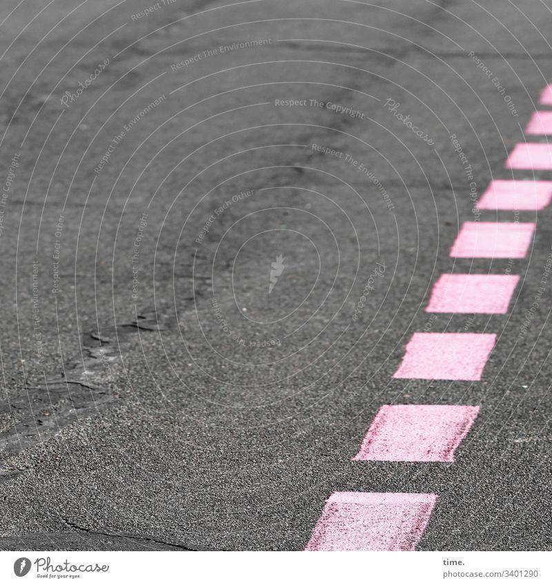 pink runaway asphalt markierung rosa grau rollbahn flughafen stein landebahn tempelhofer feld berlin struktur quadrate uneben riss delle linie