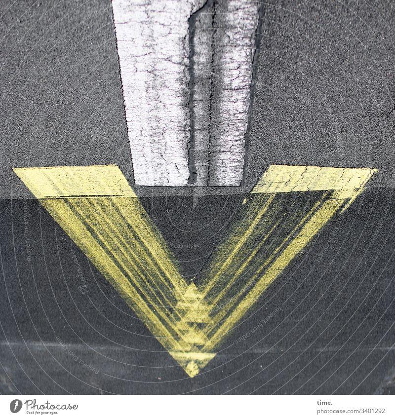 Druck von oben asphalt gelb weiß grau pfeil perspektive beton hinweis verkehrszeichen botschaft landebahn flugplatz berlin