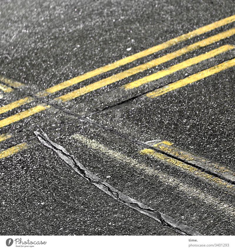 baselines (13) grundlinie linien Straße Asphalt grau gelb Vogelperspektive streifen abgenutzt teer mathematik design
