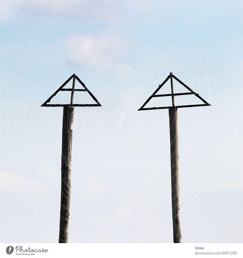 Rätsel der Moderne bauwerk himmel skurril architektur träger zusammen gemeinsam identisch beisammensein holz mast dreieick zwei kreuz funktional hoch baumstamm
