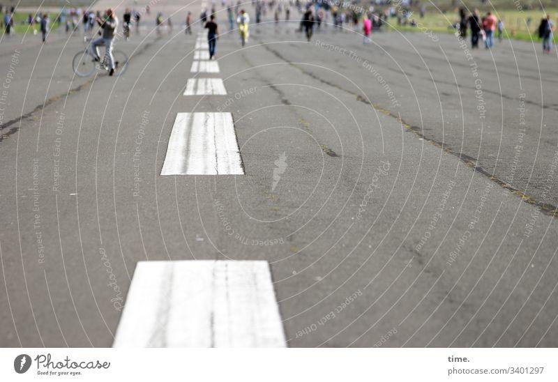 Spielfelder statt Startbahnen startbahn rollfeld markierung tempelhofer feld menschen Fahrrad schönes wetter asphalt teer farbe weite perspektive unterwegs