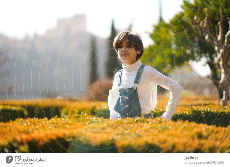 Achtjähriges Mädchen amüsiert sich in einem Stadtpark heiter Porträt niedlich Kind Lächeln wenig Person Schönheit Kindheit Frau Schulmädchen Spaß Park im Freien
