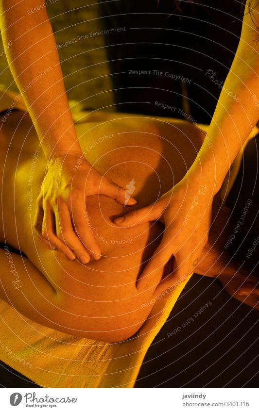 Frau erhält Rückenmassage in arabischen Bädern Massage massierend Körperpflege Spa Physiotherapie Therapeut Physiotherapeutin Handtuch weiß Bett Wellness