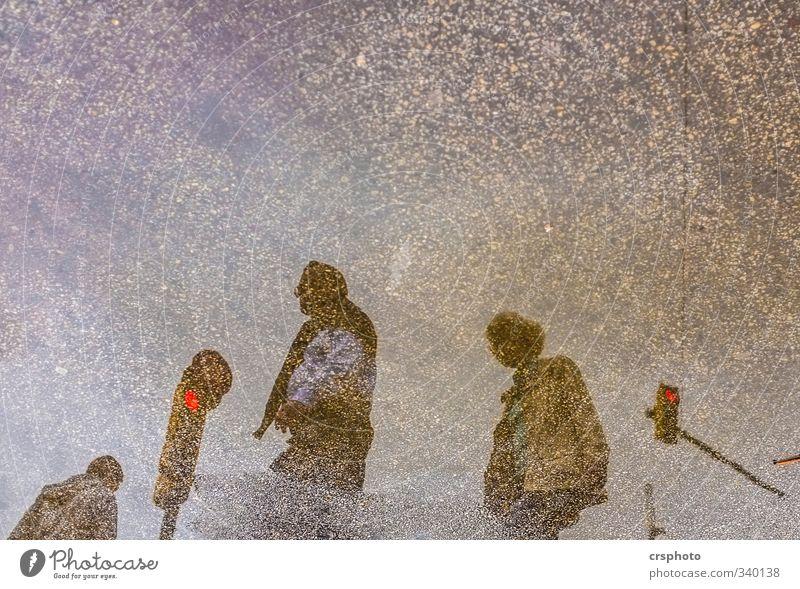Ampelkoalition Mensch maskulin feminin 3 Straßenverkehr gehen laufen Barcelona Street Asphalt Wasser Pfütze Reflexion & Spiegelung Eile Farbfoto Außenaufnahme