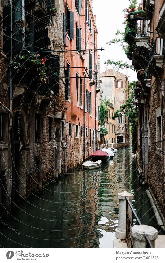 Blick auf die rustikale Architektur von Venedig, Italien Kanalgasse Gasse antik Antiquität schön Boot Gebäude Großstadt Stadtbild farbenfroh Ziele Europa