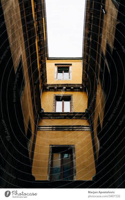 Tiefblick auf eine schmale Gasse in Venedig, Italien antik Architektur Hintergrund Gebäude Großstadt Stadtbild Kontrast Tag Design Europa Europäer Außenseite