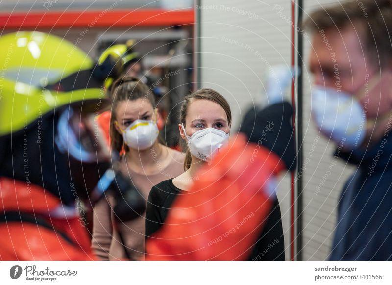 Personen mit verdacht auf Corona Virus warten auf die Untersuchung Coronavirus COVID-19 Krankheit Pandemie Epidemie Mundschutz Maske Schützen Einmalhandschuhe