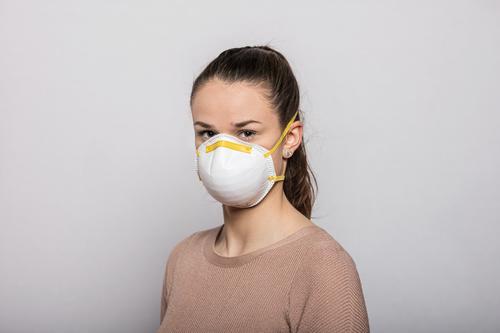 Mädchen mit Mundschutzmaske Coronavirus COVID-19 Virus Krankheit Pandemie Epidemie Maske Schützen Einmalhandschuhe Handschutz Steril Medizin Quarantäne