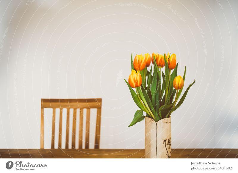 schöne Tulpen in Vase auf dem Tisch als Geschenk zum Muttertag Blütezeit Blumenschmuck Hintergrund Schönheit und Schönheit Blumenstrauß hell