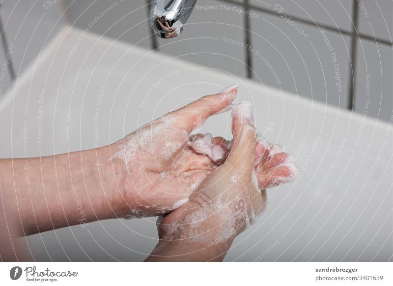 Frau wäscht sich die Hände Coronavirus COVID-19 Virus Krankheit Pandemie Epidemie Mundschutz Maske Schützen Einmalhandschuhe Handschutz Steril Medizin