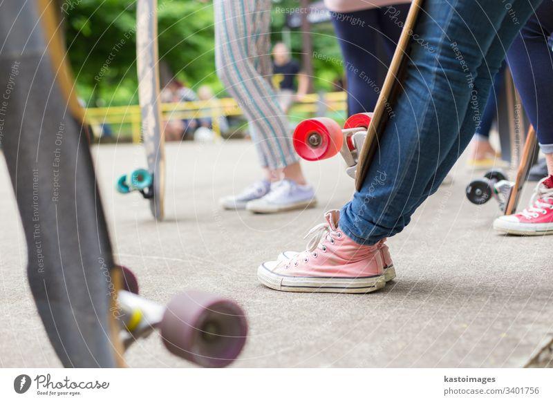 Jugendliche üben sich im Skateboard-Park im Longboardfahren. Aktives städtisches Leben. Urbane Subkultur. urban Holzplatte Sport eine Lifestyle Skateboarding