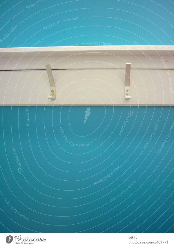 Zwei leere Haken, an weißer, alter Garderobe, vor blauer Wand, im nostalgischen Schwimmbad. Menschenleer Blau hängen Metall Detailaufnahme Gaderobe Theater