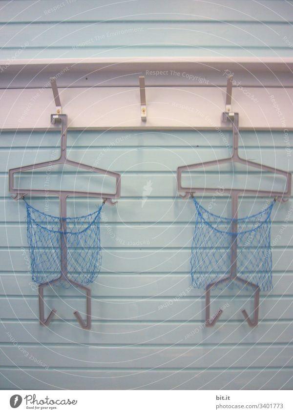 Drei leere Haken mit Garderobenbügel und Netz, an weißer Gaderobe, im Schwimmbad Schwimmen & Baden Schwimmsport Garderobenhaken garderobe Nachsaison Nebensaison