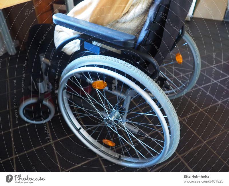 Rollstuhl Altenheim Altersheim Seniorenheim Pflege Seniorenpflege behinderte Personen Behinderte Pflegeheim Gesundheitswesen alt krank Krankheit Pflege zu Hause