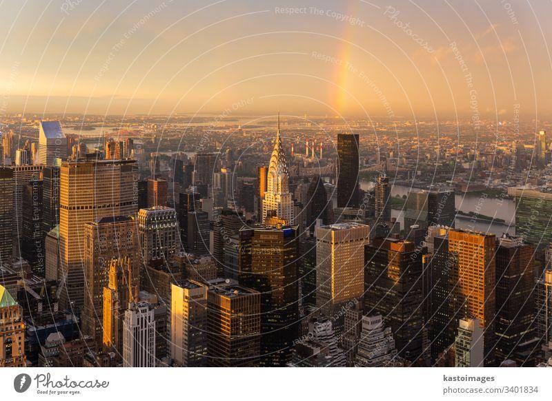 Wolkenkratzer in der Stadtmitte von New York City mit dem East River im Hintergrund im dramatischen Licht des Sturms bei Sonnenuntergang. Manhattan USA