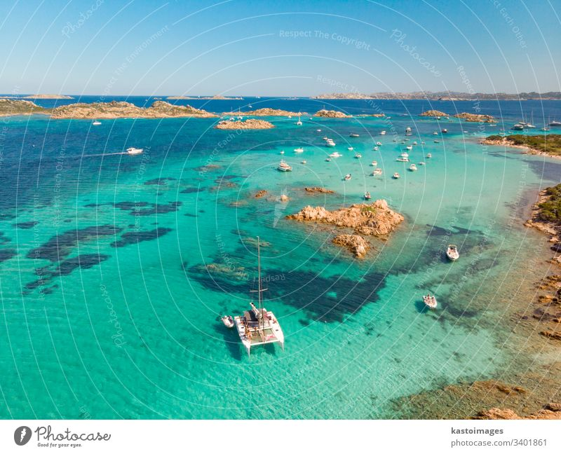 Drohnen-Luftaufnahme eines Katamaran-Segelbootes im Maddalena-Archipel, Sardinien, Italien. Costa Smeralda Bucht Strand Segeln Nautik Insel Küstenlinie schön
