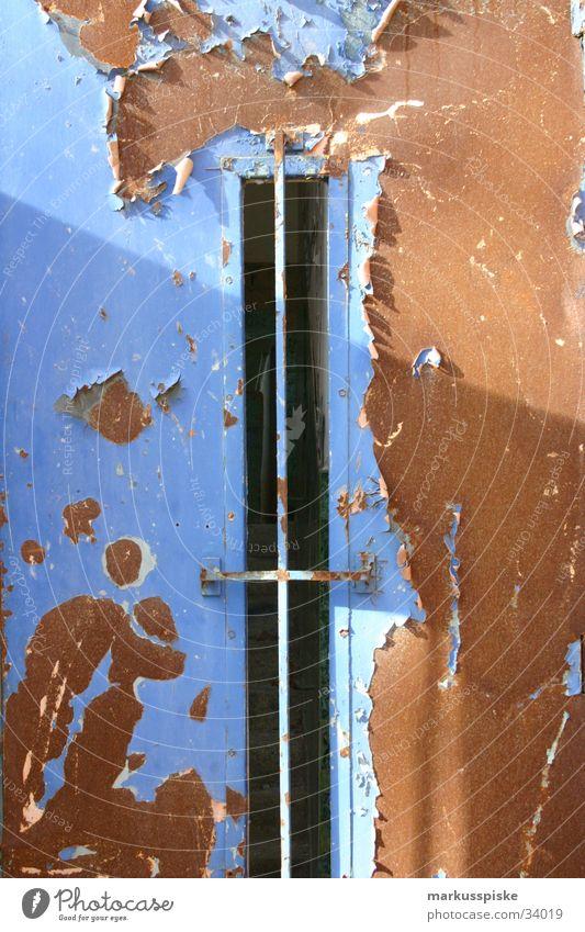 Stahltür Fabrik Gebäude Ruine Verfall Rost Industrie Tür Kunstwerk Aktien erdfarben blau Schatten Sonne Beleuchtung Einsamkeit Lack