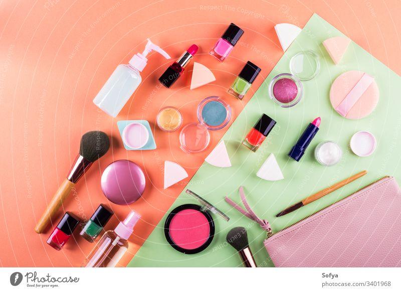Schminken Sie Accessoires auf cantaloupe-orangem und mintgrünem Papierhintergrund. Flacher Schlag zusammenstellen flache Verlegung Schönheit Produkte Mode Farbe
