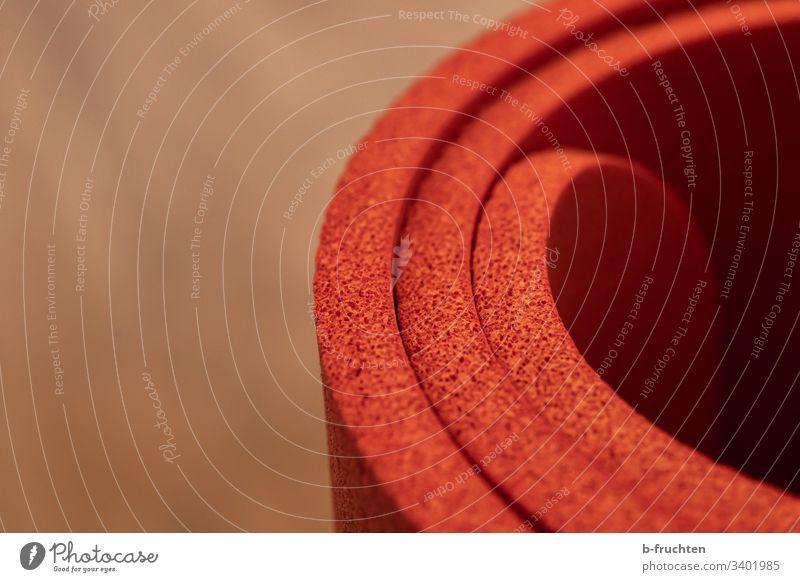 Nahaufnahme einer Gymnastikmatte Matten schaumstoff weich rot bequem rolle Yogamatte sport bewegung detail Fitness Gesundheit sportlich Training Lifestyle