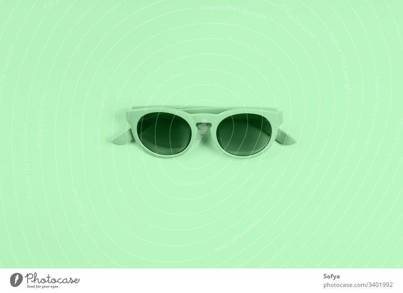 Minzgrüne Sonnenbrille. Farbe 2020 flachliegend Mode neo Minze Sommer trendy zartes Grün Design Stilrichtung mentol Frühling modern Natur Neogrün grüne Minze