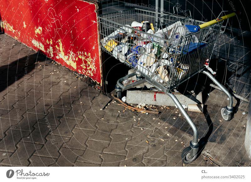 hamsterkauf Einkaufswagen Supermarkt Müll Müllbehälter SHOPPING Einkaufskorb Konsum Farbfoto Menschenleer dreckig Tag Hamsterkauf Außenaufnahme Müllentsorgung